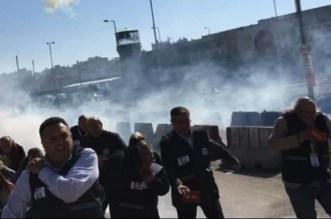 بالفيديو والصور.. الإحتلال الإسرائيلي يُواجه مجاهد بالقنابل المسيلة للدموع