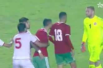 """بالفيديو  – بعد فوز """"الأسود"""" على """"نسور قرطاج"""".. مشاجرة بين فجر والحارس التونسي"""