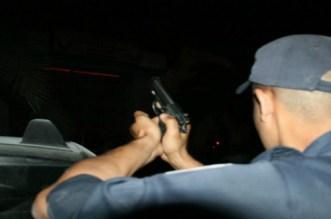 """شخص """"هائج"""" يعتدي على رجال الأمن بواسطة """"فأس"""" بفاس"""