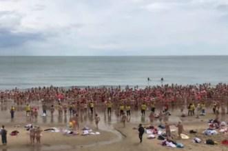 مئات النساء يسبحن عاريات بهذه الدولة -فيديو