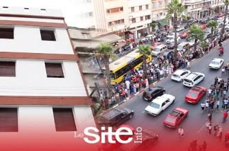 """عشرات المواطنين يتجمعون أمام منزل المتهم بقتل وحرق """"حنان"""" – فيديو"""