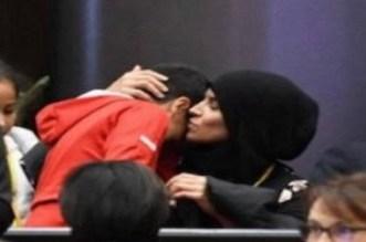 مسؤول حزبي فرنسي يمنع سيدة من ارتداء الحجاب وابنها يدخل في نوبة بكاء