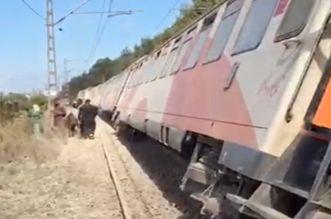 قطار يخرج عن سكته في بوسكورة ويتسبب في هلع في صفوف الركاب -فيديو