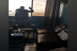 """مشهد بطولي.. فيديو لـ""""بوليسي"""" يمنع شخصا من الانتحار يثير إعجاب رواد مواقع التواصل"""