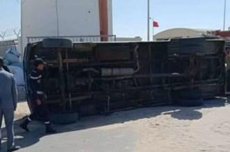 انقلاب شاحنة لنقل البضائع بمعبر الكركرات