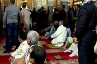 خطير.. مختل يثير الرعب في صفوف مصلين بأحد مساجد العيون