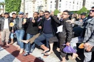 """الأساتذة حاملو الشهادات يجوبون شوارع الرباط حفاة ويتوعدون بـ """"المزيد"""""""