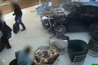 """لصوص يقتحمون محل مجوهرات بسيارة """"رنج روفر"""" ويسرقون محتوياته- فيديو"""