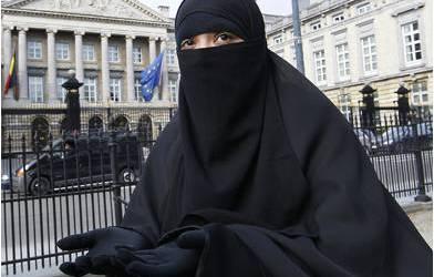 محكمة بلجيكية تقضي بحبس مسلمة 18 شهراً لرفضها خلع نقابها