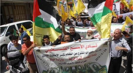 قوات إسرائيلية تقتحم غرف الأسرى المضربين عن الطعام