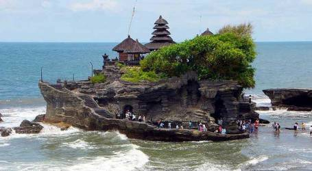انخفاض عدد الزيارات السياحية إلى تاناه لوت بعد ارتفاع سعر التذكرة