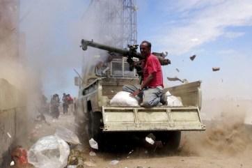 قطع الطرقات على المساعدات في اليمن (رويترز)