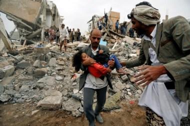 آثار القصف على اليمن (رويترز)