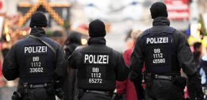 الشرطة الألمانية شابان يهاجمان فتاة عراقية وينزعان حجابها فى أحد شوارع ألمانيا