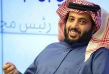 صورة بالفيديو.. بعد رحلة علاجية.. تركي آل الشيخ يسجد على أرض المطار بعد عودته إلى الرياض