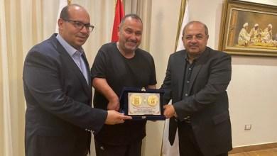 """صورة """"الأولمبية"""" تكرم خالد شلبي أول مصري يعبر """"المانش"""" بذراع واحدة"""