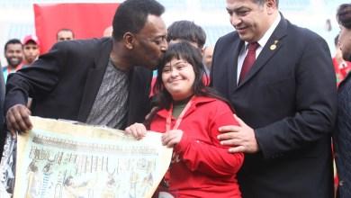صورة لاعبو الاولمبياد الخاص يهنئون سفيرهم العالمى الجوهرة السمراء  بيليه بعيد ميلاده الثمانون
