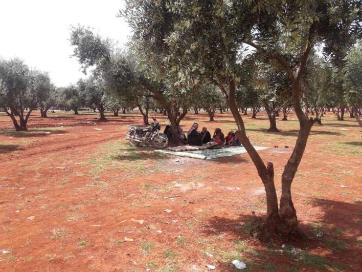 سوريون يفترشون التراب على الحدود مع تركيا 2