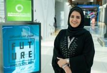 "Photo of عضو لجنة التحكيم في جائزة ""مبتكرون تحت 35"" خلال زيارتها فعاليات أسبوع دبي للمستقبل"