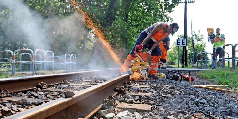 الحرارة تذيب الإسفلت و تلوي قضبان السكك الحديدية بألمانيا
