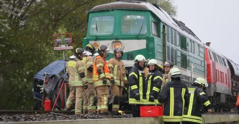 قطار يصدم سيارة و يدفعها أمامه مئات الأمتار