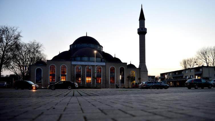مجهولون يضعون رأسي خنزيرين أمام مسجد