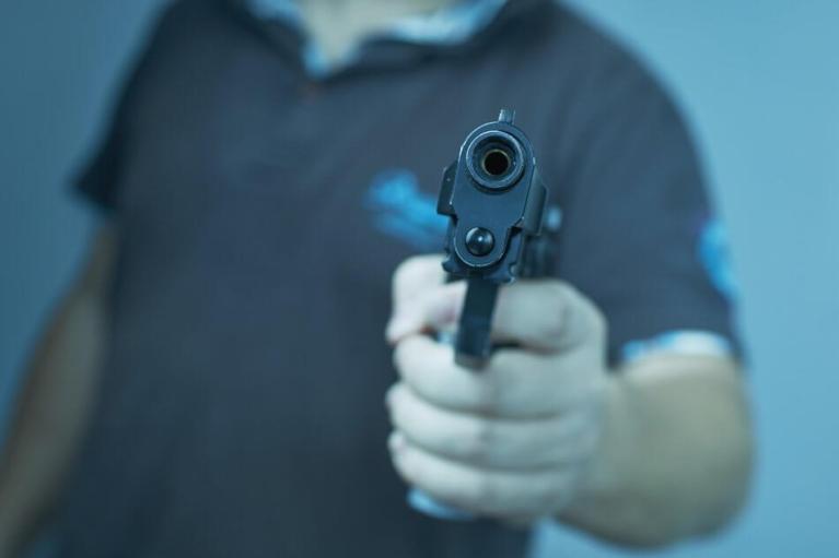 شاب يسحب المسدس في مدينة ألمانية