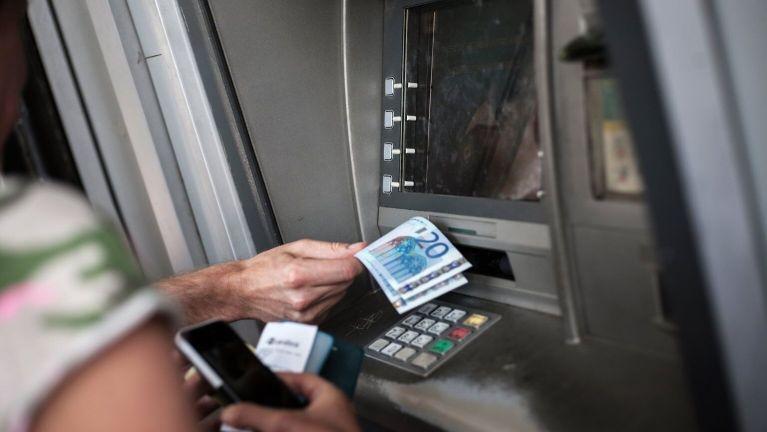 سرقة امرأة أثناء قيامها بسحب الأموال في فرع بنك مدينة ألمانية