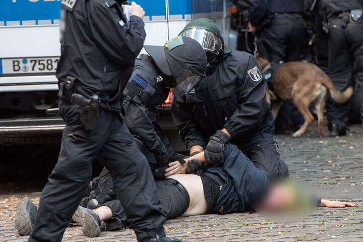 اشتباكات الشرطة مع المتظاهرين بالقرب من بار في مدينة ألمانية