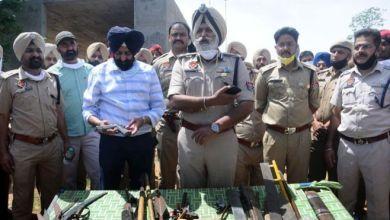 صورة المواطنين الهنود يقطعون يد شرطي هندي عند محاولته تطبيق قانون الحظر في البلاد