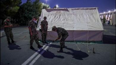 صورة نصب خيام للسكان المتضررين من الزلزال في جنوب جزيرة كريت