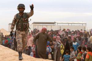 جندي أردني يؤدي مهام الحراسة عند وصول اللاجئين السوريين إلى إحدى المخيمات على الجانب الأردني من الحدود الأردنية السورية الشمالية الشرقية في 4 مايو 2016. (صورة: خليل مزراوي\AFP\غيتي إيمدجز)