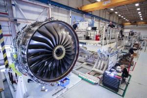أنتج قطاع الطيران، بما في ذلك الطيران الدفاعي، صادرات تقدر قيمتها بـ27 مليار جنيه إسترليني خلال عام 2015، منها صادرات بقيمة 8 مليار جنيه إسترليني وُجِّهت إلى الاتحاد الأوروبي في صورة أجنحة لطائرات من طراز Airbus، ومحركات للطائرة النفاثة Rolls-Royce، فضلاً عن أنظمة ومكونات أخرى. (صورة بعدسة: جوناثان غرين / بإذن من Rolls-Royce)