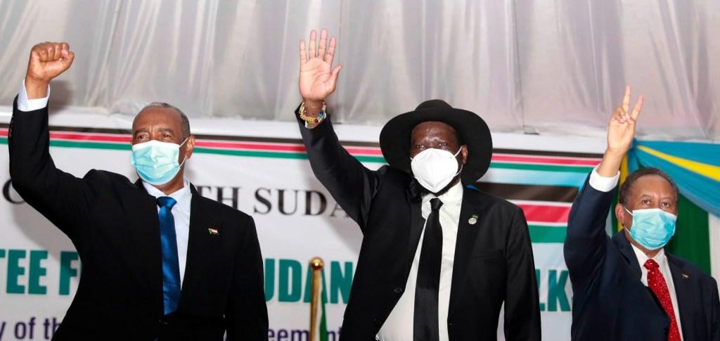 رئيس المجلس السيادي السوداني عبد الفتاح البرهان (يسار) ورئيس جنوب السودان سلفا كير (وسط) ورئيس الوزراء السوداني عبد الله حمدوك (يمين) في جوبا أثناء التوقيع بالأحرف الأولى لاتفاق السلام في السودان في جوبا الأسبوع الماضي (صورة ارشيفية)