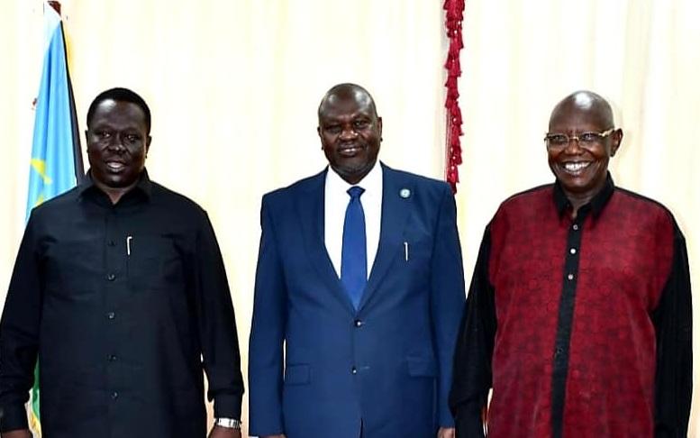 جنوب السودان نائب الرئيس حسين عبد الباقي (يسار) والنائب الأول للرئيس الدكتور ريك مشار (في الوسط) ورئيس الحركة الوطنية لجنوب السودان الدكتور كوستيلو قرنق رينغ لوال [صورة من مكتب النائب الأول للرئيس]