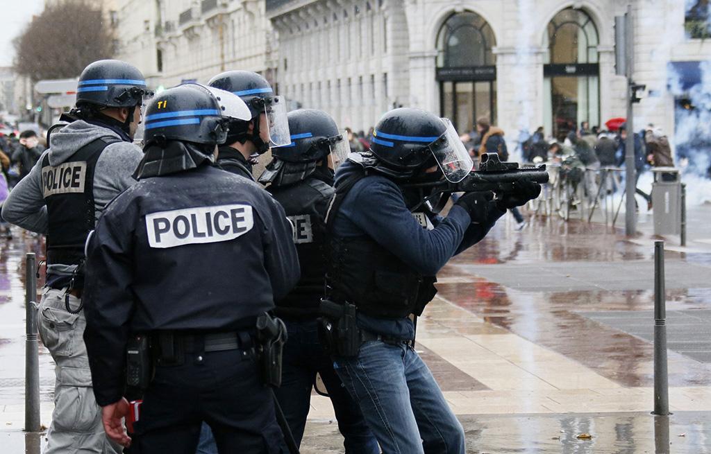 الشرطة الفرنسية تعتقل مئة شخص بعد أعمال شغب في احتفالات الهالوين