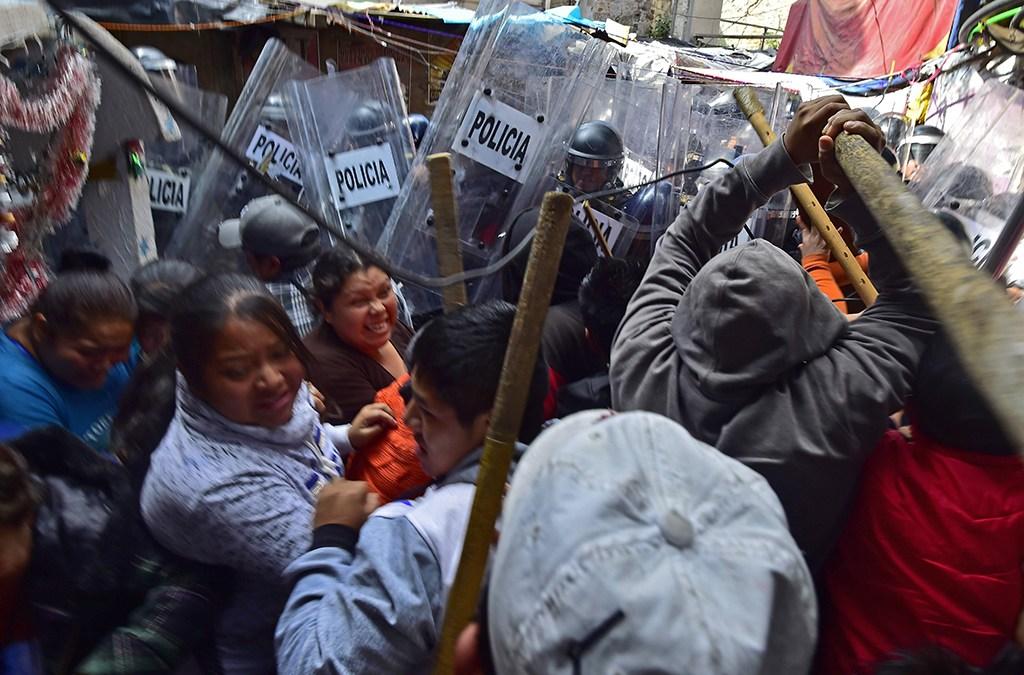 عشرات الجرحى في المكسيك في اشتباكات خلال إخلاء مخيم