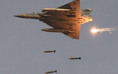 باكستان تسقط طائرتين هنديتين وتأسر طياراً
