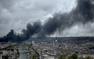السلطات الفرنسية حذرت من خطر تلوث نهر السين بسبب حريق المصنع الكيميائي