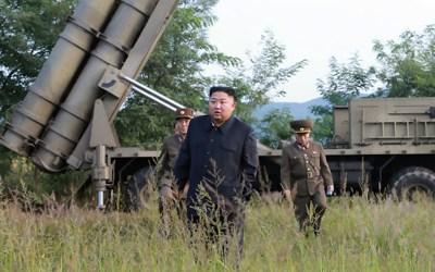 زعيم كوريا الشمالية يشرف شخصيا على تجارب صاروخية ومدفعية