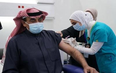 رئيس الوزراء الكويتي أطلق الحملة الوطنية للتطعيم ضد كورونا وتلقى الجرعة الأولى للقاح