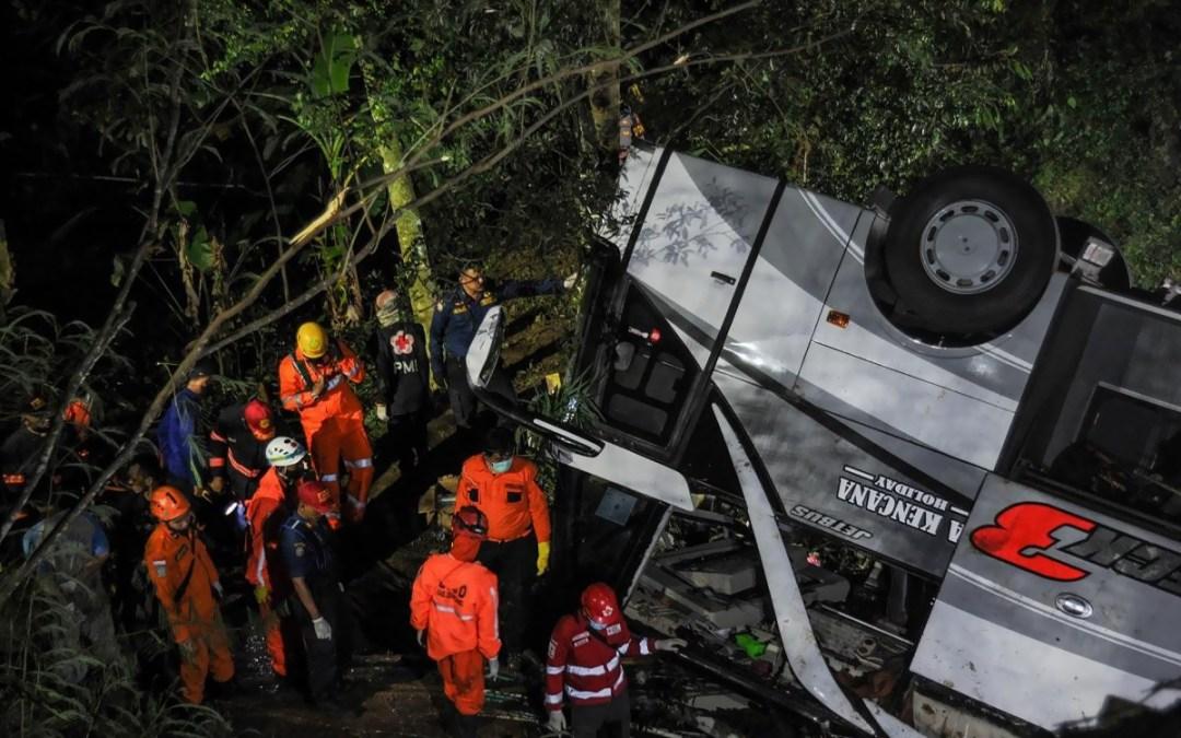 مقتل 27 شخصا إثر سقوط حافلة تقلّ تلاميذ في واد في إندونيسيا