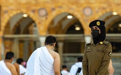 شرطية سعودية بزي عسكري عند الكعبة تثير اهتمام المواطنين