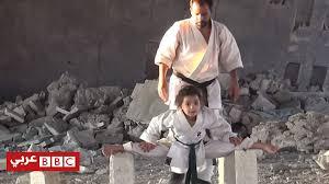 Photo of طفلة الكاراتيه السورية تتدرب بين الأنقاض