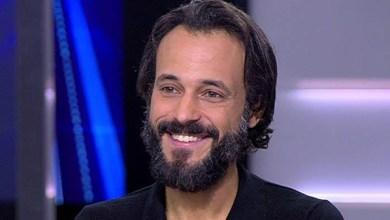 Photo of يوسف الشريف يجري جراحة دقيقة بالعمود الفقري