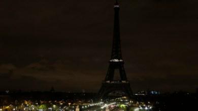 Photo of بالصور.. برج إيفل يطفئ أنواره حزناً على ضحايا العريش