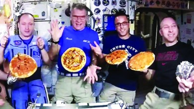 Photo of رواد فضاء يعدون البيتزا في ظل انعدام الجاذبية
