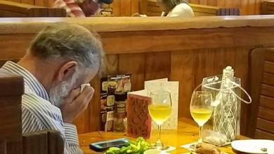 Photo of صورة مؤثرة.. دموع رجل أمام رماد شريكته في عيد الحب