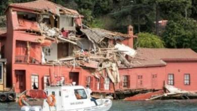 Photo of سفينة تصطدم بمبنى تاريخي في اسطنبول