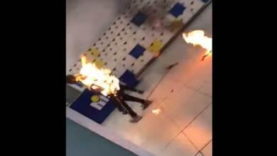 Photo of شاب تلتهمه النيران بسبب انفجار شاحن المحمول- (فيديو)